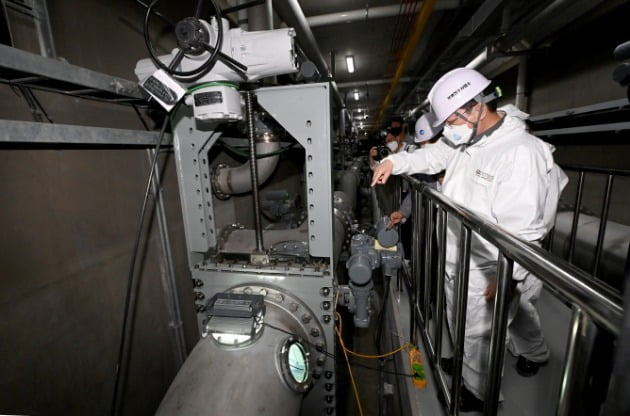 박남춘 인천시장이 16일 부평정수장을 방문해 제1활성탄흡착지 시설을 점검하고 있다. 인천시