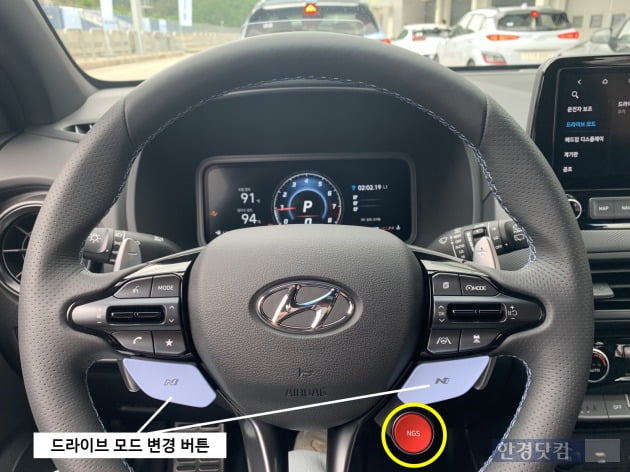현대차 코나 N 스티어링휠./ 사진=신현아 기자