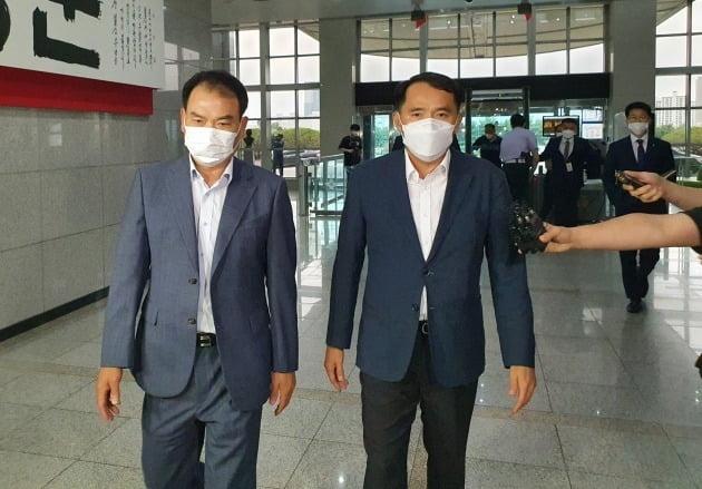 최원일 전 천안함장(오른쪽)이 17일 서울 용산동 국방부 청사를 찾아 서욱 장관과의 면담을 위해 이동하고 있다./ 뉴스1