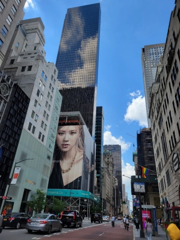 지난 15일 미국 뉴욕 맨해튼의 중심가에 위치한 티파니 빌딩에 블랙핑크 로제 사진이 걸려있다. 로제는 티파니의 광고 모델이다. 미국 경제는 광범위한 백신 접종의 영향으로 빠르게 회복되고 있다. 뉴욕=조재길 특파원