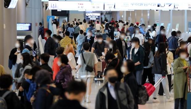 5월 9일 오후 서울 강서구 김포공항 국내선 청사 출국장이 여행객들로 붐비고 있다. 사진=뉴스1