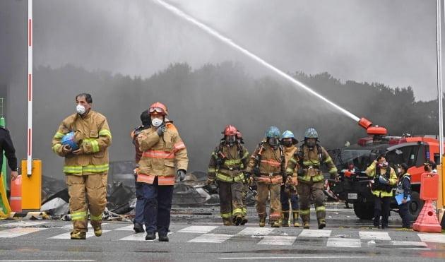 경기 이천시 마장면 쿠팡 덕평물류센터 화재가 이틀째 이어진 18일 소방대원들이 화재진압작업에 진입한 뒤 철수하고 있다. 화재현장에선 검은 연기가 하루종일 치솟아 올랐다/사진=한경DB