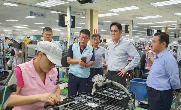 이재용 삼성전자 부회장이 지난해 5월 중국 서안의 반도체 공장을 둘러보고 있다. / 사진=연합뉴스