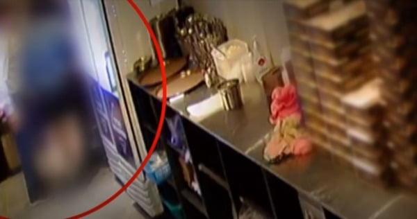경기도 내 민주당 지역위원장 이 모 씨가 지난 9일 한 치킨집에서 여성 종업원을 성추행 하는 장면. TV조선 캡처