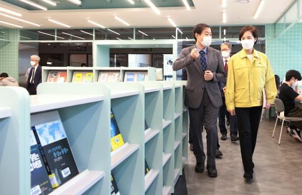 유은혜 부총리 겸 교육부 장관(오른쪽)이 21일 서울 구로구 동양미래대학교를 방문해 방역 상황을 점검하고 있다. 교육부 제공