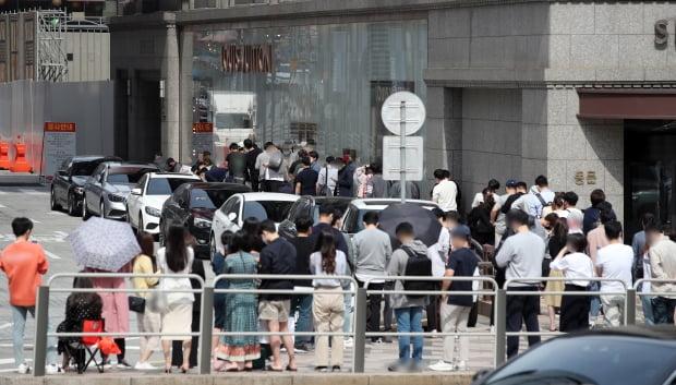 5월 29일 오전 서울 중구 신세계백화점에서 시민들이 명품 구매를 위해 명품관 입장을 기다리며 길게 줄을 서 있다. 사진=연합뉴스