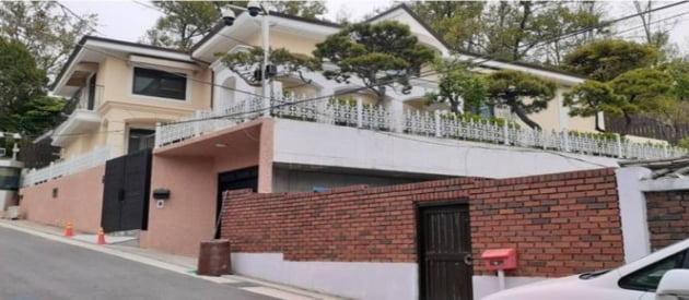 공매를 진행중인 박 전 대통령 자택 전경/ 사진=지지옥션