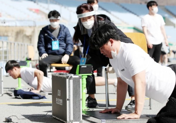 지난 3월 인천경찰청 경찰관 채용 체력검정에서 응시자들이 팔굽혀펴기 시험을 치르는 모습. /사진=연합뉴스