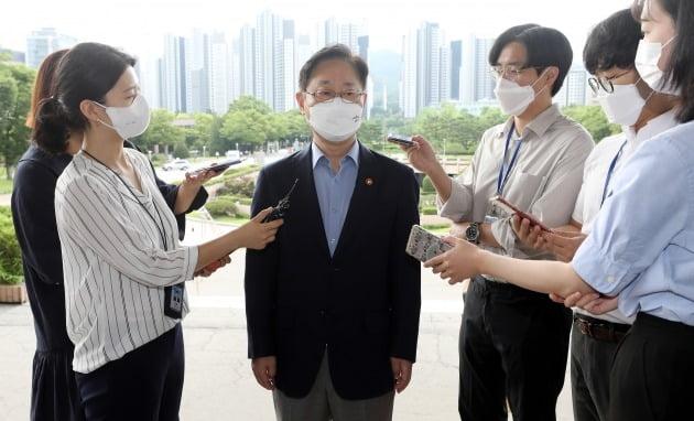 23일 오전 법무부 과천청사로 출근하는 박범계 법무부 장관. 뉴스1
