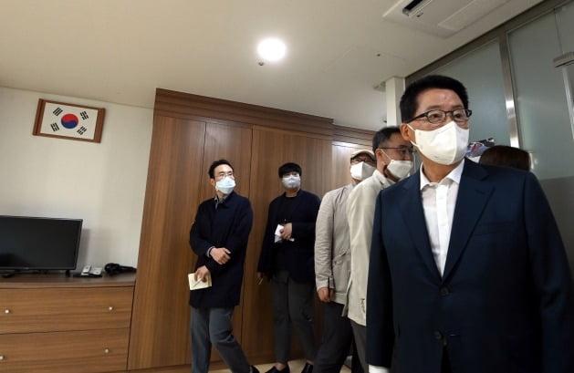 박지원 국가정보원장이 23일 경기 시흥시 북한이탈주민보호센터에서 생활실을 취재진에게 설명하고 있다./ 뉴스1
