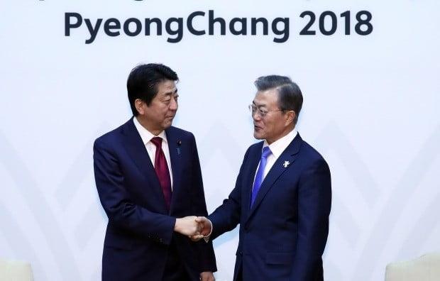 2018년 2월 정상회담을 가진 아베 전 일본 총리와 문재인 대통령/사진=연합뉴스