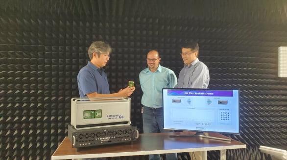 삼성전자의 삼성리서치 아메리카(SRA) 실험실에서 삼성전자 연구원들이 140 GHz 통신 시스템을 시연하고 있다.
