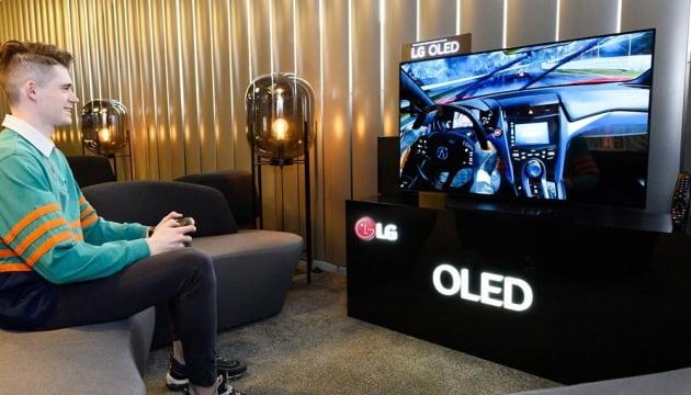 코로나19 영향에 늘어나고 있는 디스플레이 수요. LG전자 모델이 48인치 OLED TV로 게임을 즐기고 있다. 사진=LG전자 제공.
