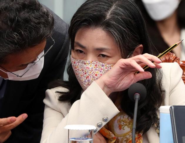 지난 5월 11일 청와대에서 열린 국무회의에서 이철희(왼쪽) 정무수석과 대화중인 김외숙 인사수석. 연합뉴스