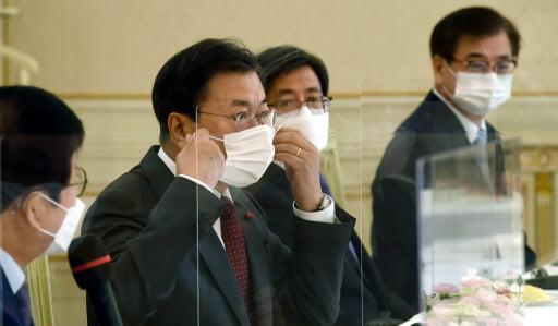 문재인 대통령이 지난해 12월22일 청와대에서 열린 '5부요인 초청 간담회'에서 발언을 마친 뒤 마스크를 쓰고 있다. 한경DB