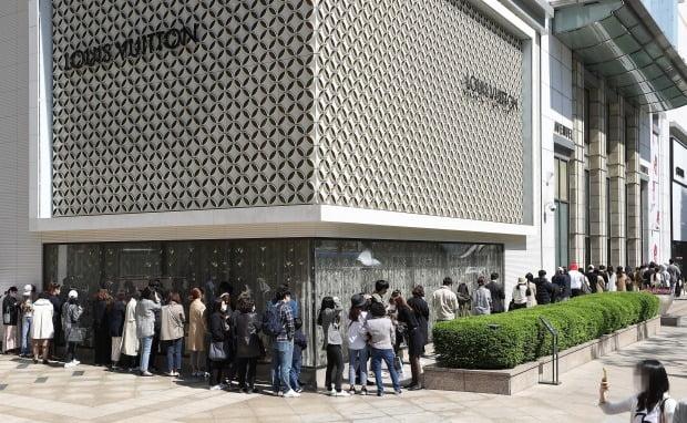 서울 중구 롯데백화점 본점 명품관 앞에 고객들이 줄을 서고 있다. 사진=연합뉴스