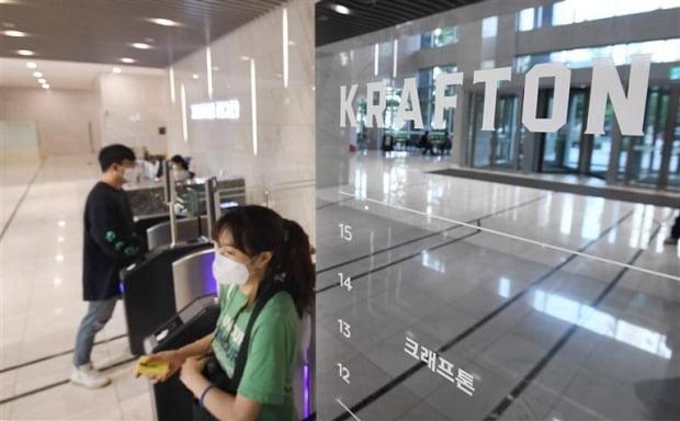 크래프톤 직원들이 15일 경기 성남 분당구 백현동 크래프톤타워 로비를 지나가고 있다. 사진=한경DB