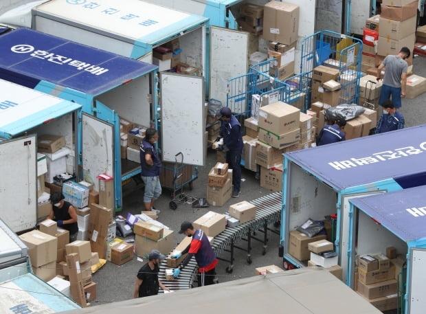 서울의 한 택배물류센터에서 택배노동자들이 배송 준비 작업을 하고 있다. /뉴스1