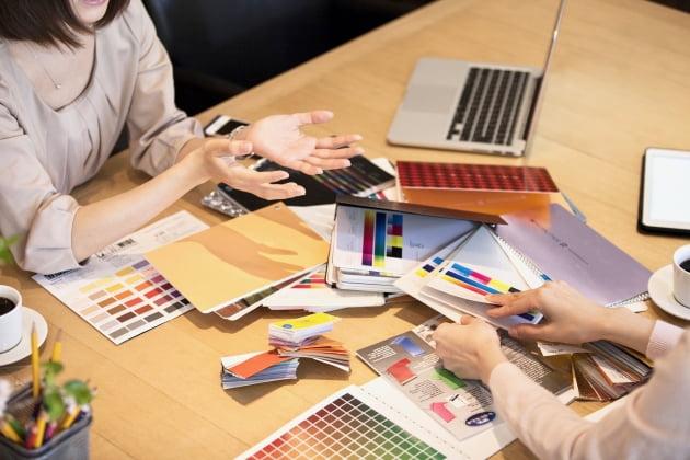 다양한 색을 골라 자신만의 상품을 고르는 과정