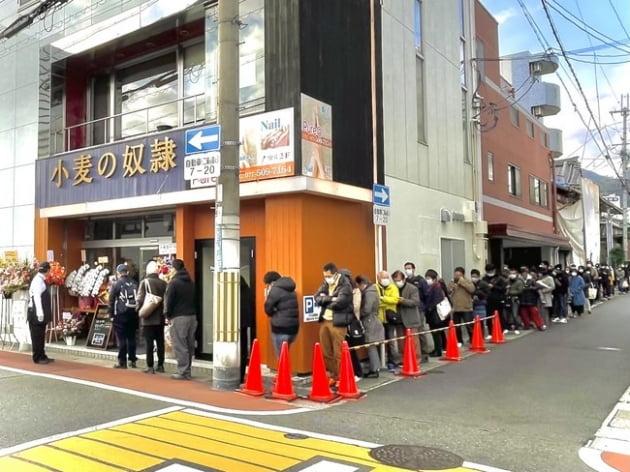 전국 각지에 오픈한 가맹점은 개점 첫날부터 sns를 통해 인지된 고객들이 빵 구매를 위해 줄서 있다.