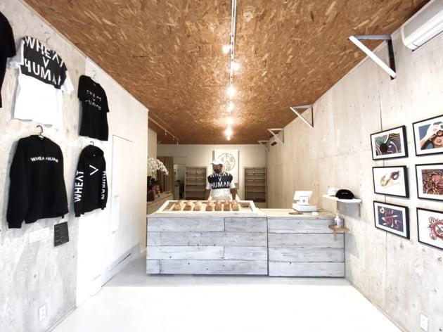 갤러리와 의류판매도 함께 하는 복합 매장.