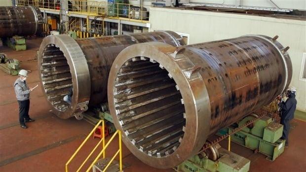 두산중공업이 캐스크 5세트를 미국 펜실베니아 주 스리마일섬에 위치한 TMI 원자력발전소에 공급했다. 캐스크는 원자로에서 연소를 마친 뒤 배출된 사용후핵연료를 운반하고 저장하는 데 사용하는 특수 용기다. 사진은 미국 TMI 원자력발전소용 캐스크 제작 공정 모습.    두산중공업 제공