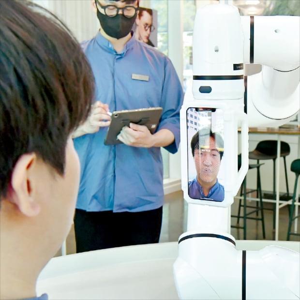 서울 서소문동에 있는 안경원 브리즘은 고객 얼굴을 촬영해 입체 도면을 제작한 뒤 3차원(3D) 프린터로 맞춤 안경을 뽑아낸다.  김영우  기자