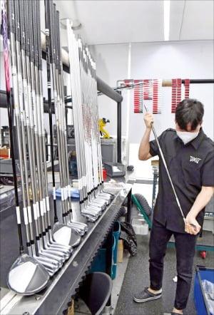 PXG 빌드팀 전문 빌더가 출고 전 고객맞춤형으로 피팅된 제품 상태를 확인하고 있다. /김영우 기자