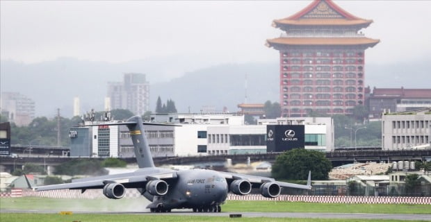 미국 상원의원 3명을 태운 미 공군 C-17 글로브마스터 수송기가 지난 6일 대만의 수도 타이베이에 있는 송산공항에 착륙하고 있다. 미·중 갈등으로 미국이 대만과 동맹관계를 강화하면서 대만의 국제적 위상이 최근 급격히 높아지고 있다.  EPA연합뉴스