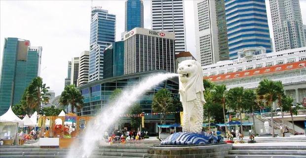 싱가포르는 기업하기 좋은 환경을 조성하고 외국인 투자 유치에 적극적인 개방경제를 구축해 많은 세계적 연구기관으로부터 국가 경쟁력 1위 나라로 꼽히곤 한다. 고층 빌딩을 배경으로 싱가포르의 상징으로 사자 머리와 물고기 몸통을 한 조각상 머라이언이 물을 내뿜고 있다.  한경DB