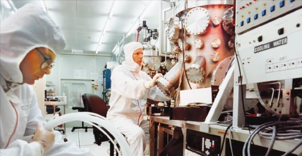 이스라엘 와이즈만연구소 연구원들이 미세소재에 대한 실험을 하고 있다. 와이즈만연구소는 세계 5대 기초과학 연구소 가운데 하나로 이스라엘이 인구 1인당 창업기업 수가 가장 많은 '창업강국'으로 거듭나는 데 크게 기여하고 있다.  한경DB