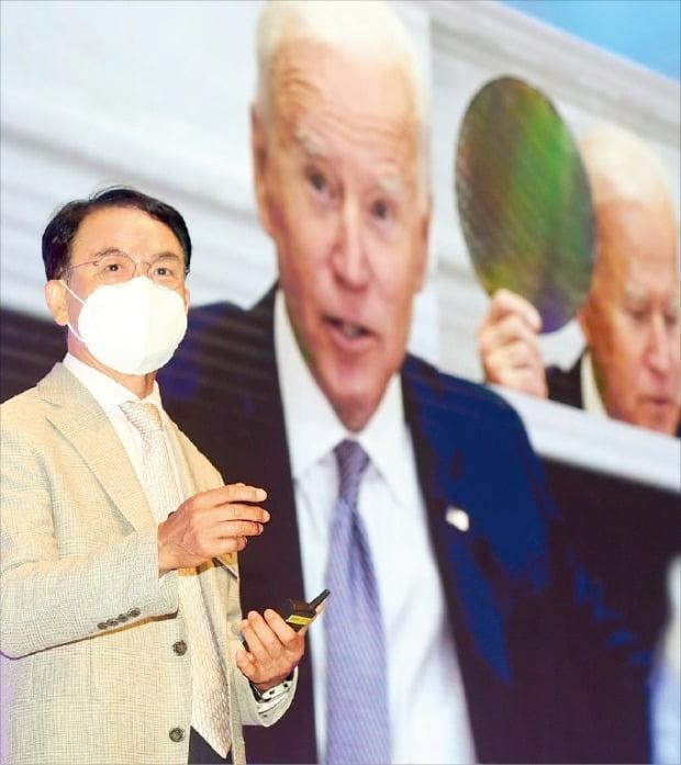 서울 장충동 신라호텔에서 10일 열린 '코리아 인베스트먼트 페스티벌(KIF) 2021'에서 진대제 스카이레이크인베스트먼트 회장이 발표하고 있다. /허문찬 기자