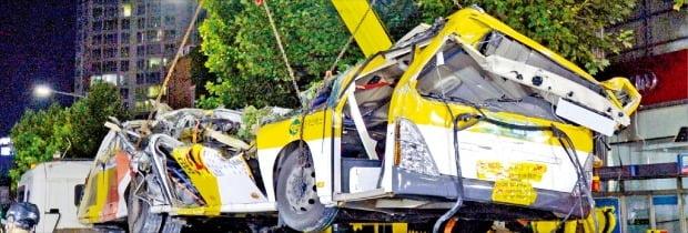 10일 광주광역시 학동 재개발지역 건물 붕괴 현장에서 대형 크레인이 매몰됐던 시내버스를 끌어올리고 있다. 이곳에서는 전날 오후 4시22분께 재개발 사업을 위해 철거 중이던 지상 5층짜리 상가 건물이 통째로 무너졌다. 운전기사와 승객 등 탑승자 17명이 버스에 갇혀 9명이 숨지고 8명이 중상을 입었다.  /뉴스1