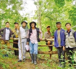 이상우 한국생명공학연구원 책임연구원(맨 왼쪽)이 2017년 민속식물을 조사하기 위해 방문한 라오스 루앙프라방 지역에서 소수민족인 허몽족과 기념촬영하고 있다.