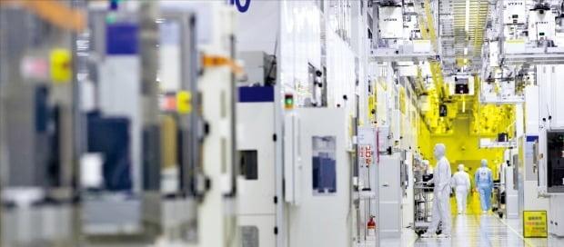 삼성전자 화성사업장 클린룸에서 반도체 엔지니어들이 작업하고 있다. /삼성전자 제공