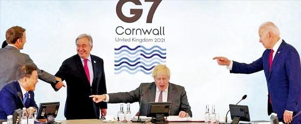 서방 주요 7개국(G7) 정상회의 참석차 영국을 방문 중인 문재인 대통령(맨 왼쪽)이 12일(현지시간) 영국 콘월 카비스베이호텔에서 열린 G7 확대회의 세션에서 보리스 존슨 영국 총리(가운데), 조 바이든 미국 대통령(오른쪽) 등과 대화하고 있다.  영국 총리실 제공