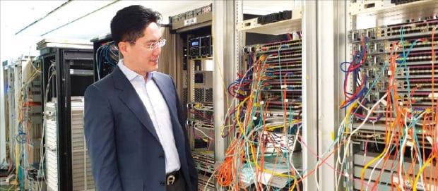 장수현 오파스넷 대표가 서울 본사 연구실에서 테스트 중인 네트워크 장비를 살펴보고 있다    김진원 기자