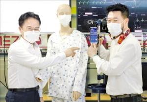 김정우 조달청장(왼쪽)과 박정환 메쥬 대표가 패치형 심전계인 하이카디를 소개하고 있다. 조달청 제공