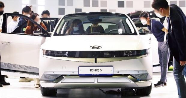 차량용 반도체 공급 부족에 따른 차량 인도 지연이 확산되고 있다. 현대자동차의 전기차 아이오닉 5는 이달 계약해도 내년 초에나 받을 수 있을 정도다. /한경DB