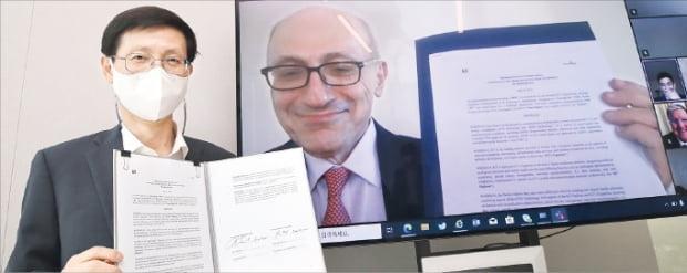 14일 화상회의 형식으로 열린 업무협약식에서 김형욱 KT 미래가치추진실장(부사장·왼쪽)과 레온 액치안 뉴로시그마 최고경영자(CEO)가 기념사진을 찍고 있다.  KT 제공