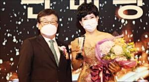 김정남 DB손해보험 대표(왼쪽)가 '연도상 시상식'에서 판매왕으로 뽑힌 황금숙 PA를 축하하고 있다.  DB손해보험 제공