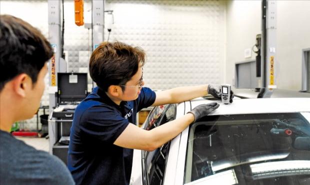 유태량 카바조 대표(오른쪽)가 동행 출장 차량 점검 서비스를 진행하고 있다.  카바조 제공