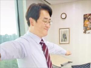 인기곡 '롤린'에 맞춰 춤추고 있는 박용진 더불어민주당 의원. 박용진 의원 제공