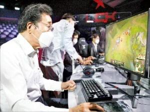 리그오브레전드 게임을 즐기고 있는 이낙연 전 더불어민주당 대표. 김범준 기자