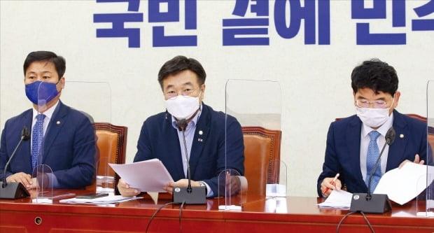 윤호중 더불어민주당 원내대표(가운데)가 15일 국회에서 열린 원내대책회의에서 발언하고 있다. /김병언 기자