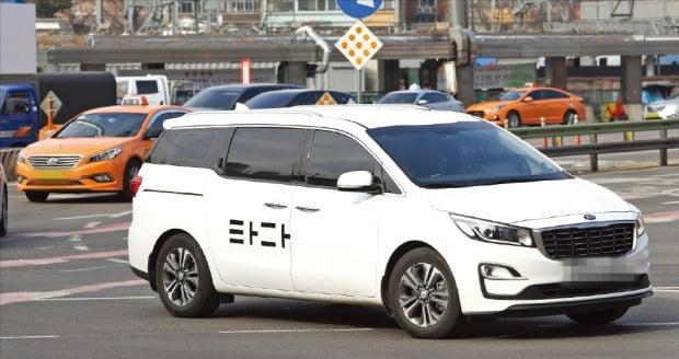 렌터카 기반의 운송서비스 플랫폼이었던 타다는 지난해 3월 택시업계 반발에 따른 금지법 제정으로 영업을 못하게 되자 택시 면허를 가진 사업자와 연계한 가맹 택시 서비스인 '타다 라이트' 등 합법적인 틀 내에서 사업을 계속하고 있다.  연합뉴스