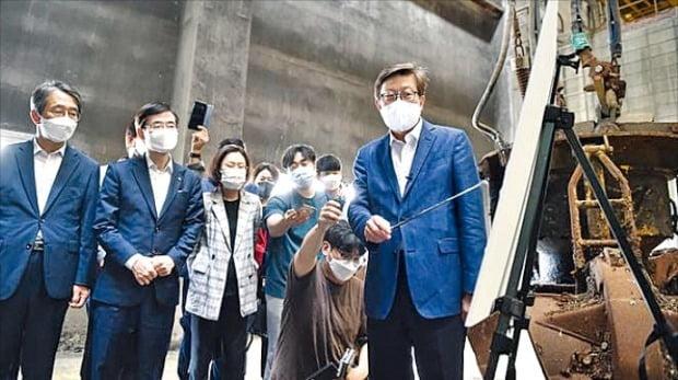박형준 부산시장이 지난 15일 오후 다대소각장을 방문해 둘러보고 있다. /부산시 제공