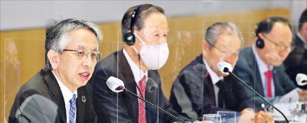 16일 열린 전국경제인연합회의 주한일본대사 초청 간담회에는 아이보시 고이치 대사(왼쪽부터), 허창수 회장, 권태신 부회장, 이영관 도레이첨단소재 회장 등 양국 기업인 30여 명이 참석했다.