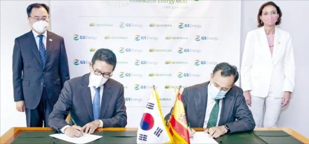 GS에너지와 이베르드롤라가 16일 재생에너지 발전 합작회사 설립을 위한 양해각서를 체결했다. 왼쪽부터 문승욱 산업통상자원부 장관, 허용수 GS에너지 사장, 사비에르 비테리 이베르드롤라 재생에너지부문 대표, 레예스 마로토 스페인 산업통상관광부 장관.  /GS에너지  제공