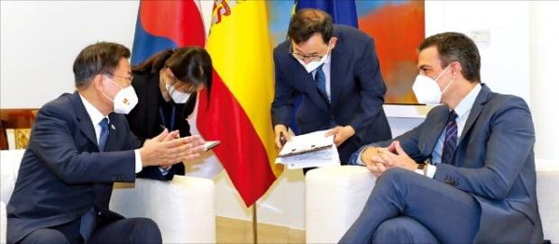 < 文대통령, 스페인 총리와 환담 > 스페인을 방문한 문재인 대통령이 16일(현지시간) 마드리드 몬클로아 총리궁에서 페드로 산체스 총리(오른쪽)와 환담하고 있다.  /연합뉴스